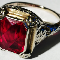 16. Inel aur alb 3, 9 grame cu rubin, marcat 14 carate, Carataj aur: Nespecificat
