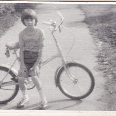 Bnk foto - Copil cu bicicleta Pegas - anii `80 - Fotografie, Alb-Negru, Transporturi, Romania de la 1950