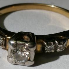 Inel aur 2,5 grame marcat 14 carate cu 4 diamante mici si un diamant mare