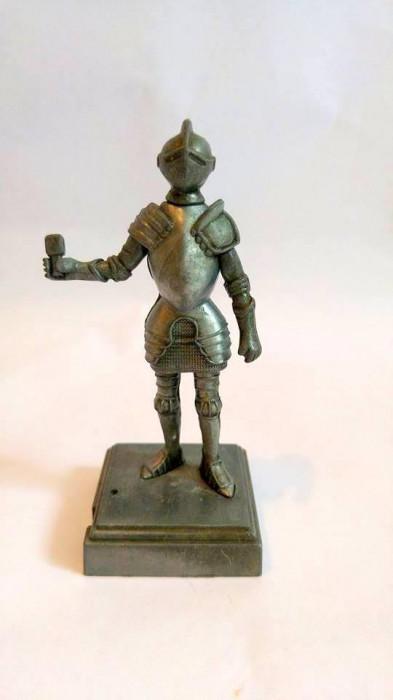 Figurina ascutitoare, cavaler in armura, de metal neferos, 10cm foto mare