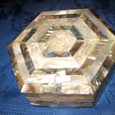 Caseta veche bijuterii lemn intarsie de sidef stare buna. - sculptura reproducere