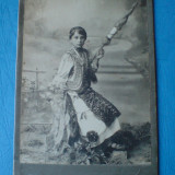 Fotografie pe carton Tanara cu fuior, in costum popular