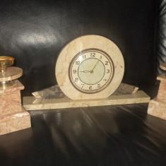 Ceas de semineu cu sfesnice in stilul Art-Deco din marmura
