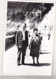 Bnk foto - Turisti pe drumul spre Hidrocentrala Gh Gheorghiu-Dej - 1966, Alb-Negru, Natura, Romania de la 1950