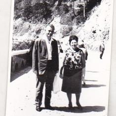 Bnk foto - Turisti pe drumul spre Hidrocentrala Gh Gheorghiu-Dej - 1966 - Fotografie, Alb-Negru, Natura, Romania de la 1950