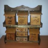 Raft perete vintage cu 5 cutii condimente si 3 sertare din lemn
