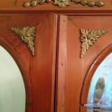 Sifonier lemn masiv, 100 de ani, cu ornament auriu si oglinzi de cristal