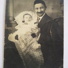 Fotografie veche alb-negru, portret barbat cu bebe, sf. sec. XIX-inceput sec. XX, Portrete, Europa