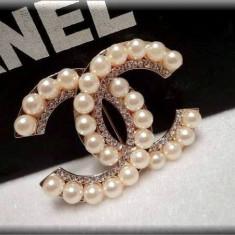 Brosa cu Strasuri si Perle inspiratie CHANNEL - Brosa Fashion