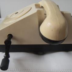 Frumos telefon vechi, cu manivela, perioada comunista, stare perfecta, de colectie.