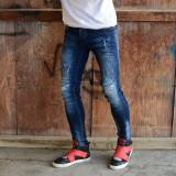 Blugi albastri cu zgarieturi si petic la genunchi