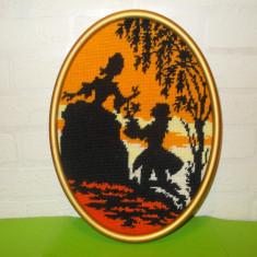 Vechi TABLOU CUSUT cu SCENA ROMANTICA de epoca, rama din LEMN AURIT / GOBLEN - Tapiterie Goblen