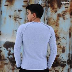 Bluza slimfit gri la baza gatului cu imprimeu