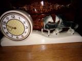 Ceas antic de semineu din portelan mecanic in stilul Art-Deco