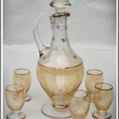 SET / SERVIZ - STICLĂ ROMÂNEASCĂ DE BĂUTURĂ CU 5 PAHARE - VECHI DIN ANII 1970! - Sticla