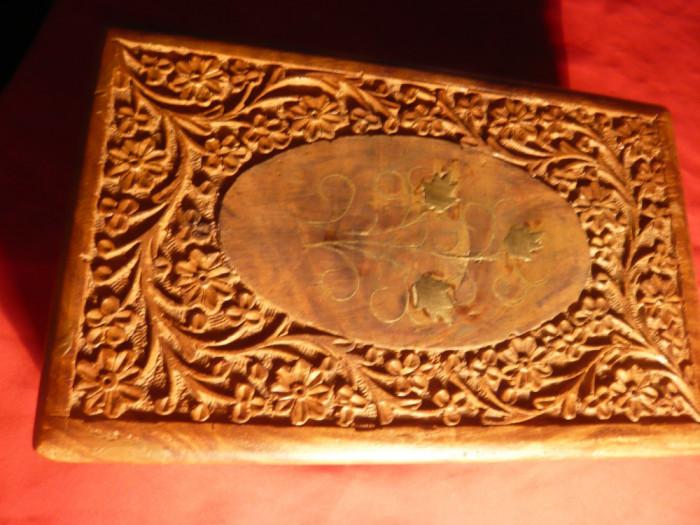 Caseta Lemn frumos sculptata cu motive florale ,Dim.= 20x12,5 cm