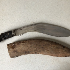 Cutit vechi, kukri, cu lama incovoiata si teaca din lemn