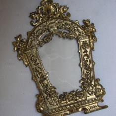 Rama veche din foita metalica alamita - anii 1900 - Rama Tablou, Decupaj: Dreptunghiular, Material: Aluminiu