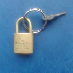 LOUIS VUITTON-LACAT VECHI - Metal/Fonta