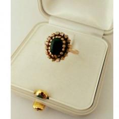 Inel aur, decorat cu 16 diamante si 1 diamant negru central, 14k