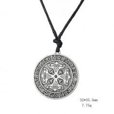 Pandantiv viking cu rune si nod celtic