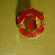 Insigna Club Fotbal Manchester-United , metal si email , cu buton, h= 2,2 cm