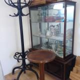 Vitrina veche din lemn cu geamuri