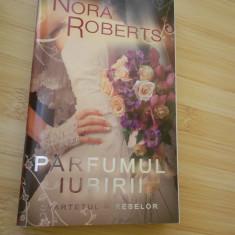 NORA ROBERTS--PARFUMUL IUBIRII