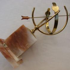 Ceas solar de dimensiuni mari, din alama fixat pe soclu de marmura