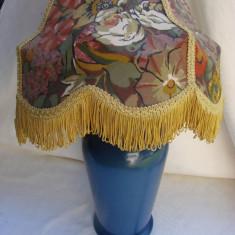 Veioza din ceramica albastra cu abajur colorat