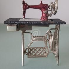 Bricheta in forma de masina de cusut, vintage, 10 cm - Bricheta de colectie