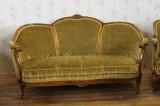 Salon vechi format dintr-o canapea si doua fotolii