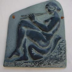 Basorelief - femeie nud stand pe perne si cantand la flaut, Nuduri, Europa