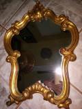 Superbă oglinda antica in stilul francez cu o ramă din lemn îmbrăcată în foita