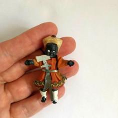Figurina miniatura cauciuc, om negru in costum traditional, cu sabie si ciocan
