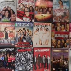 LOT 18 SERIALE DVD - Desperatr Housewives + Scrubs + Entourage +, SF, Engleza