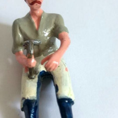Figurina de metal greu (plumb?), emailata, fierar/om su ciocan in mana, 5cm