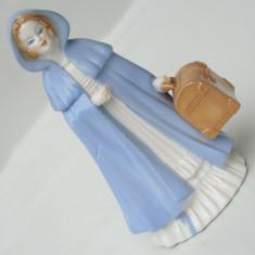 BIBELOU VECHI / STATUETA DE PROTELAN - FEMEIE IN PELERINA ALBASTRA CU VALIZA