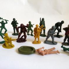 lot mix 14 soldati si 2 accesorii - amestec, plastic 5-6cm