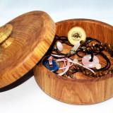 Cutie cu capac si maner , lucrata manual din lemn masiv de stejar