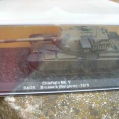 Macheta tanc CHIEFTAIN MK V BAOR BRUSSELS BELGIUM 1979 + revista scara 1:72