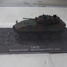 Macheta tanc LAV-25 USA 2005 + revista scara 1:72
