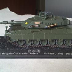 Macheta tanc C1 ARIETE ITALY 2002 + revista scara 1:72