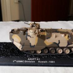 Macheta tanc AAVP7 A1 - KUWAIT - 1991 + revista scara 1:72