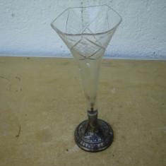 Superba vaza din cristal cu suport din alpaca argintata si marcata.