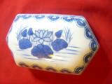 Vas ornamental portelan China frumos ornamentat ,marcaj centru ,L= 15 cm