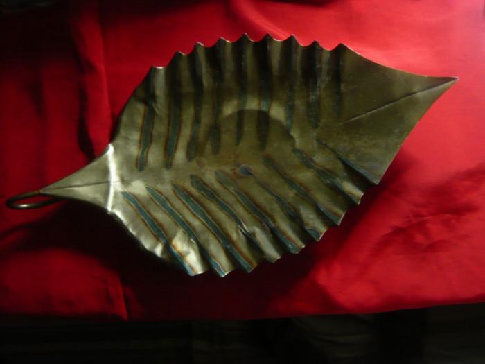 Tava mare, veche din metal cu email in forma de Frunza L= 54 cm