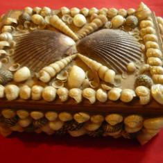 Caseta pt Bijuterii din lemn ornata cu scoici , dim. 14x9,5x5,5 cm