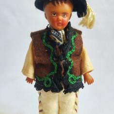 Papusa miniatura Cehoslovacia, cauciuc, baiat in costum popular anii 70-80, 12cm