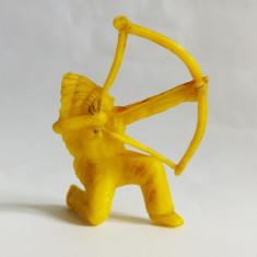 Figurina indian, plastic galben, 6,5 cm, marcat P pe brat